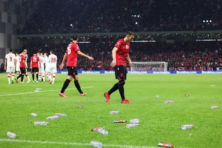 Скандал в отборе ЧМ-2022! Албанские фанаты закидали мусором поляков и чуть не сорвали матч